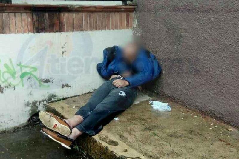 Se trata de una persona que según vecinos pasó toda la noche en esa ubicación, y que se le ha visto deambulando por varias calles de la ciudad por lo que podría tratarse de un indigente