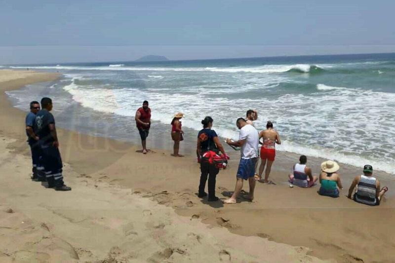 El incidente ocurrió cuando reportaron a la Dirección Municipal de Bomberos que se ahogaba el turista Roberto F., de 28 años de edad, pero al acudir los salvavidas y paramédicos el visitante ya estaba a salvo
