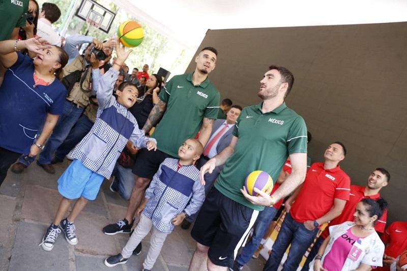 Los deportistas realizaron una serie de sorpresas y actividades para las y los menores, quienes disfrutaron de un día inolvidable