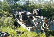 Compañeros de los lesionados de inmediato actuaron y los rescataron siendo trasladando los tres militares a bordo de una camioneta Pick Up de intercepción rápida de la SEMAR hacia Lázaro Cárdenas (FOTO: ARCHIVO)