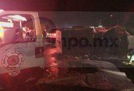 """El lamentable accidente ocurrió sobre la carretera Peribán - Los Reyes a la altura de la Unidad Deportiva """"Hermanos Salazar"""", cuando una camioneta tipo Minivan, de color blanco, se impactó contra una camioneta Nissan tipo estacasm la cual quedó volcada"""