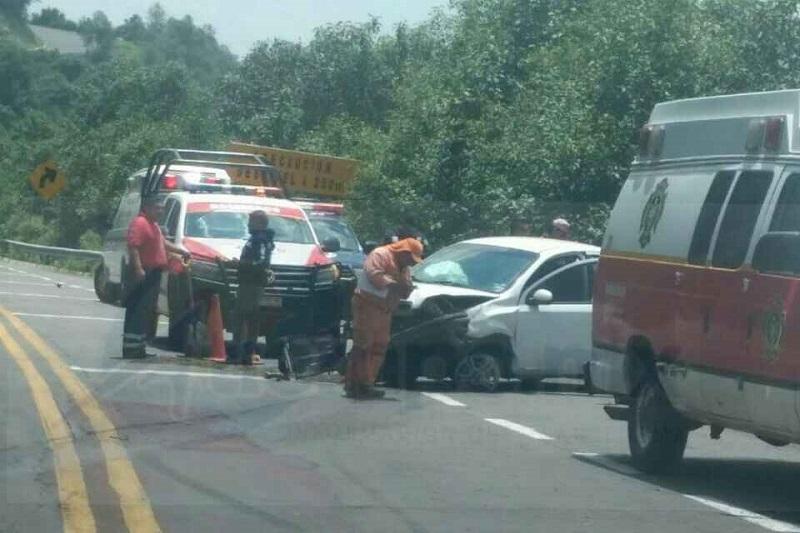 El accidente ocurrió aproximadamente a las 14:30 horas cuando circulaba un vehículo Chevrolet tipo Aveo, de color blanco, con placas de circulación del Estado de México, sobre dicha autopista