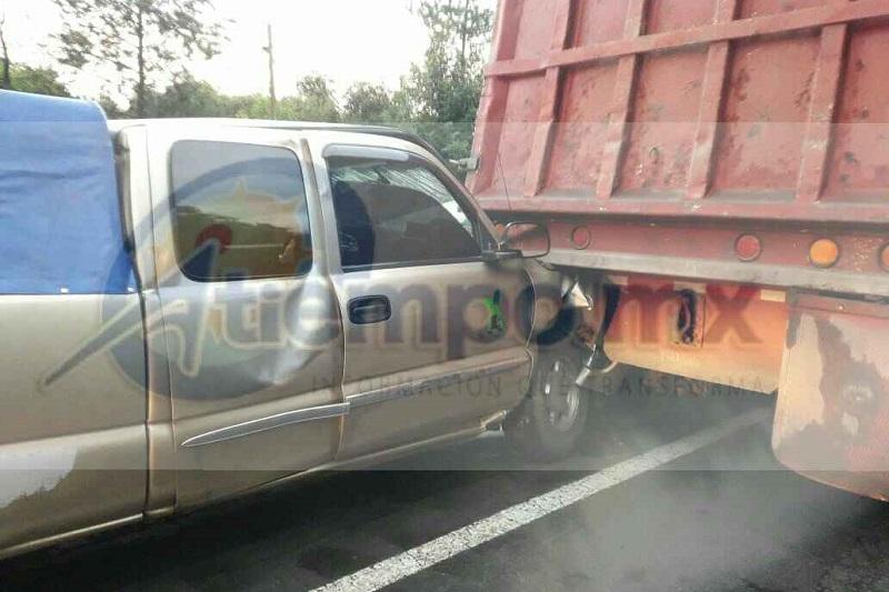 La camioneta se impactó en la caja de un tráiler, de color rojo, con placas de estado de Michoacán, siendo trasladados a bordo de las unidades médicas 4 trabajadores y en vehículos particulares 6 más al IMSS de Uruapan para recibir atención médica