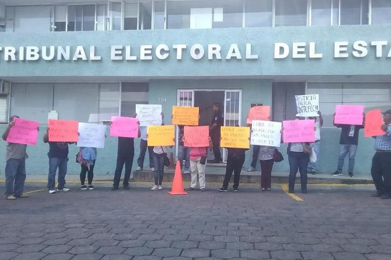 De acuerdo con los simpatizantes de Francisco Bolaños, detrás de las irregularidades está el alcalde priista, Rubén Rodríguez, quien de esa forma consiguió la reelección, motivo por el cual demandan la nulidad de la elección