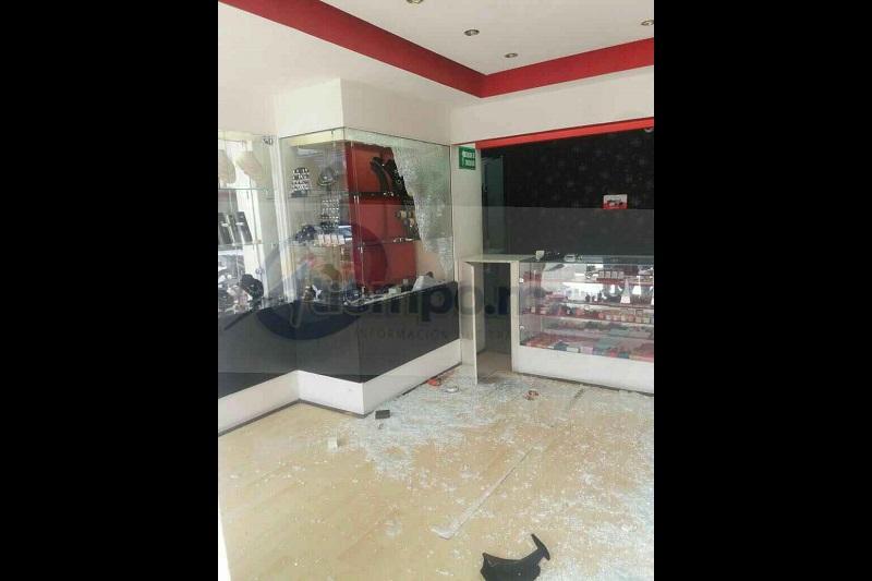 Los hampones rompieron los vidrios de las vitrinas para llevarse alhajas y relojes y darse a la fuga con rumbo desconocido