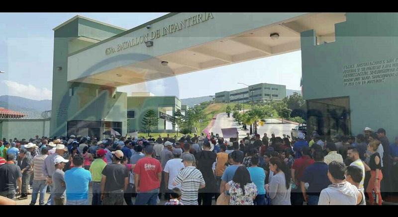 Con pancartas solicitaron al personal del Ejército Mexicana que salgan a realizar recorridos, ya que cuando hay algún enfrentamiento o algún hecho de inseguridad en el municipio no salen