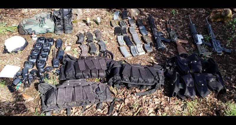 Les fueron aseguradas cinco armas largas, cargadores, cartuchos y dos granadas calibre .40mm