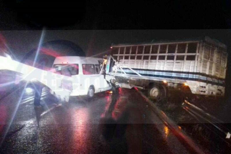 Minutos después de las 06:00 horas que a altura del kilómetro 4, circulaba una camioneta marca Nissan tipo Urvan y un camión tipo Torton, en un determinado momento la combi invadió el carril contrario para rebasar a la pesada unidad