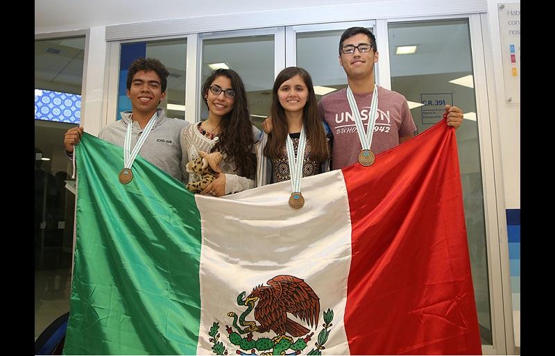 Delegación mexicana regresa de este evento académico internacional con tres medallas de bronce