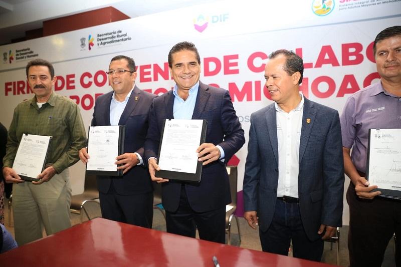 En su turno, el secretario de Desarrollo Social y Humano, Juan Carlos Barragán, dijo que este acuerdo histórico de colaboración se traduce a más y mejor producción de insumos de calidad para la gente