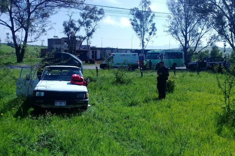 Debido al fuerte impacto la camioneta se salió de la cinta asfáltica, quedando en un terreno