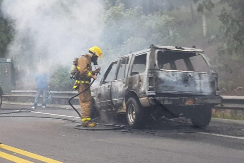La autopista fue cerrada parcialmente para que los bomberos pudieran combatir el fuego, donde por fortuna no hubo personas lesionadas