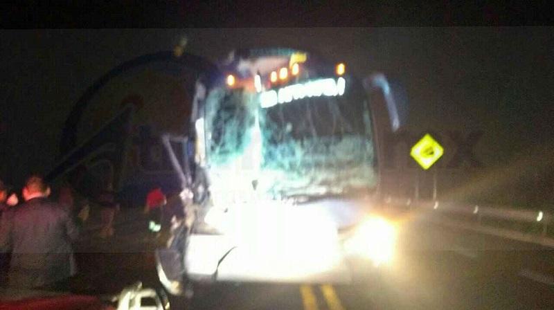 Fuentes policíacas indicaron que sobre dicha autopista circulaba un camión tipo Torton y en un momento determinado aparentemente se quedó sin frenos al llegar al kilómetro 6, lo que provocó que volcará y terminara impactando a un autobús