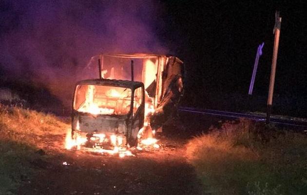 Agentes de la Policía indicaron que el camión fue despojado minutos antes a su conductor por sujetos encapuchados sobre la carretera Morelia - Pátzcuaro