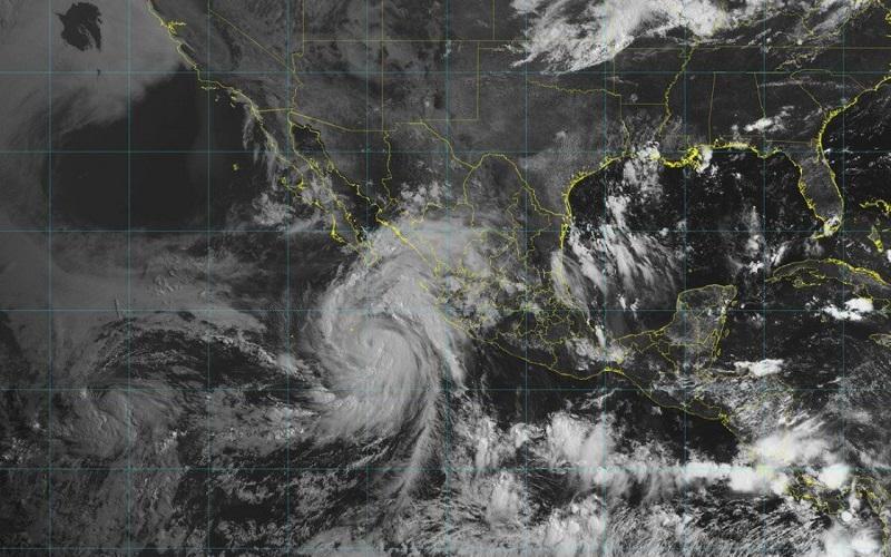 De acuerdo al pronóstico emitido por el SMN, se espera que John se mantenga por su trayectoria en huracán categoría 2 el día de hoy y posterior después de 24 horas inicie su degradación hasta llegar a baja remanente