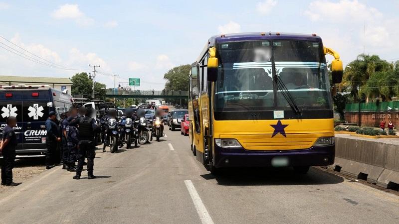 Con apego a los protocolos de actuación, la Policía Michoacán llevó a cabo el desalojo de un grupo de personas que mantenían bloqueada esa importante vía de comunicación