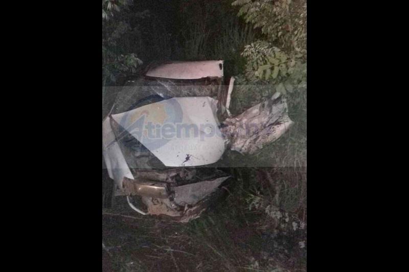 Personal paramédico de Protección Civil acudió al lugar del accidente donde traslado a Isidro C., de 22 años y Cipriana C., de 59 años quienes resultaron lesionados