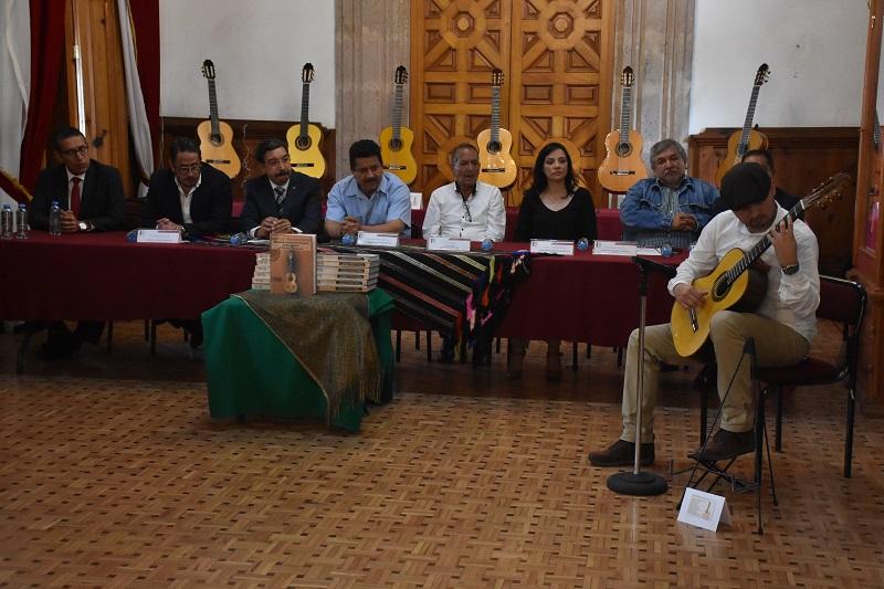 """En el Palacio Legislativo se presentó el libro """"Manual de Construcción Artesanal de una Guitarra en Paracho, Michoacán"""""""