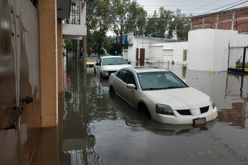 En cuestión de minutos cerraron parte de la Avenida Camelinas a la altura del Fraccionamiento La Loma, así como el Boulevard García de León, ya que vehículos quedaron varados