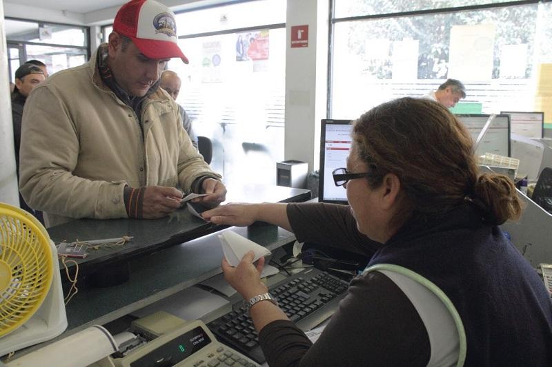 Las personas que hayan realizado su trámite en HSBC y en tiendas de autoservicio, deberán acudir a las oficinas de rentas a recoger su engomado presentando su comprobante de pago