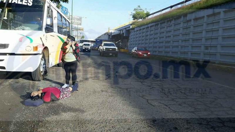 A petición del operador del camión, la lesionada fue trasladada a un hospital privado para que recibiera atención médica, siendo identificada como Marcelia Arcelia M., de 55 años de edad