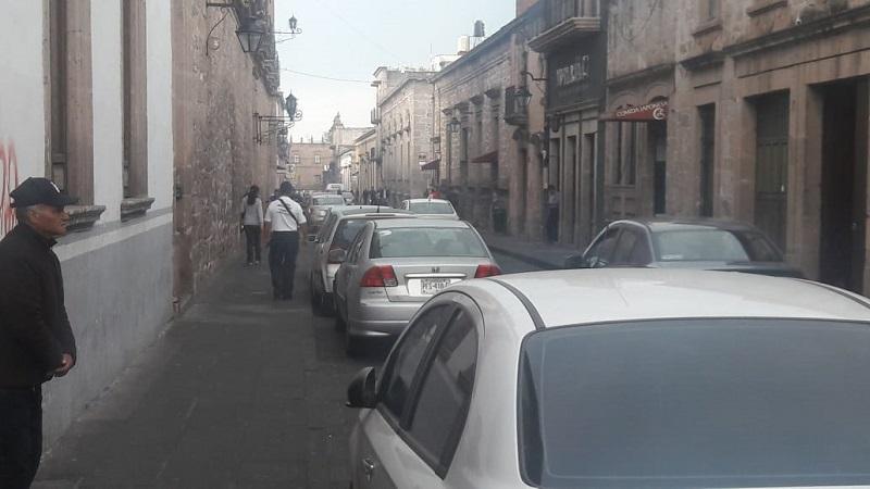 Hay una camioneta con placas de otro estado que recurrentemente se estaciona mal en la calle Pino Suárez del Centro Histórico, como los agentes no le pueden retirar la placa, la unidad acumula multas que su propietario no piensa pagar
