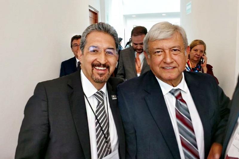 El rector nicolaita Medardo Serna pudo dialogar con López Obrador y le reiteró la invitación que la Casa de Hidalgo le hace para que visite el Colegio Primitivo y Nacional de San Nicolás