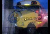 Autoridades correspondientes se hicieron cargo de realizar el peritaje del accidente, así como retirar la pesada unidad del lugar apoyados con una grúa