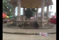 La Jefatura de Tenencia obtuvo ingresos por 3 jaripeos, un baile y decenas de puestos de venta de bebidas alcohólicas en la vía pública, sin embargo, parecen no haberle alcanzado para contratar a alguien para limpiar las calles aledañas a la Plaza Principal Morelia, Michoacán, 17 de agosto de 2018.- Aunque hace dos días terminaron las festividades de la Tenencia de Santa María de Guido en Morelia, el basurero sigue en las principales calles alrededor de la Plaza Principal. La Jefatura de Tenencia obtuvo ingresos por 3 jaripeos, un baile y decenas de puestos de venta de bebidas alcohólicas en la vía pública, sin embargo, parecen no haberle alcanzado para contratar a alguien para limpiar la plaza y las vialidades. Cabe recordar que el jefe de Tenencia, Wilberth Rosas Monge, estuvo en los últimos meses como coordinador de la campaña de Cristóbal Arias Solís al Senado de la República.