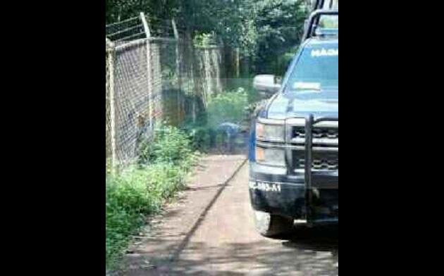 Elementos de la Policía Michoacán realizaron el acordonamiento en espera de la llegada de los elementos de la Fiscalía  para realizar las primeras indagatorias y abrir la carpeta de investigación correspondiente