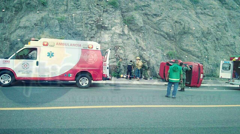 Al lugar acudieron elementos de rescate y salvamento y Protección Civil del estado, quienes atendieron a cinco personas lesionadas, siendo trasladadas tres personas en helicóptero por su gravedad a un hospital de la capital del estado