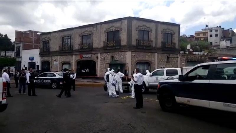 Al lugar arribaron elementos de la Policía, los cuales solicitaron apoyo con una ambulancia y minutos después paramédicos de la Cruz Roja, quienes confirmaron la muerte del cuentahabiente y le brindaron las primeras atenciones al limpia parabrisas para trasladarlo a un hospital