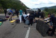 Debido al fuerte impacto las camionetas oficiales quedaron volcadas y los elementos tirados en la cinta asfáltica junto con civiles que venían en el vehículo particular