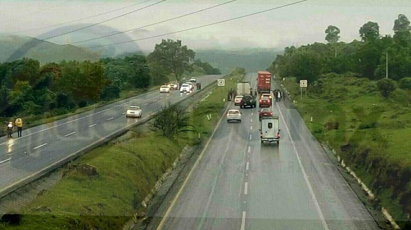 Minutos después de las 07:00 horas de este miércoles alertaron automovilistas a las autoridades que sobre dicha carretera, a la altura del kilómetro 24, se encontraba un grupo de estudiantes deteniendo unidades