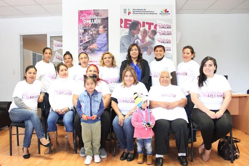 Durante las entregas, la titular de la Seimujer, Nuria Gabriela Hernández Abarca, recordó que, a la fecha, se han entregado 75 mil créditos, lo significa una inversión de 350 mdp