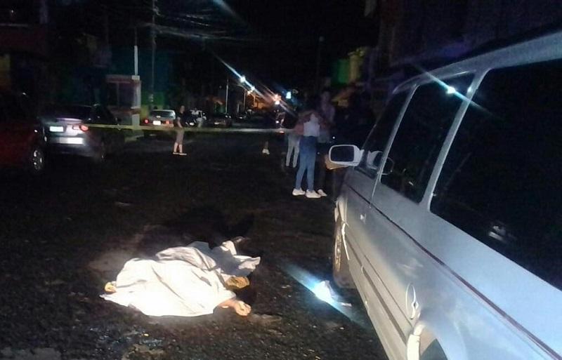 Al lugar arribaron elementos de la Policía, así como paramédicos de la Cruz Roja, quienes confirmaron el deceso de la persona, quedando resguardado el lugar