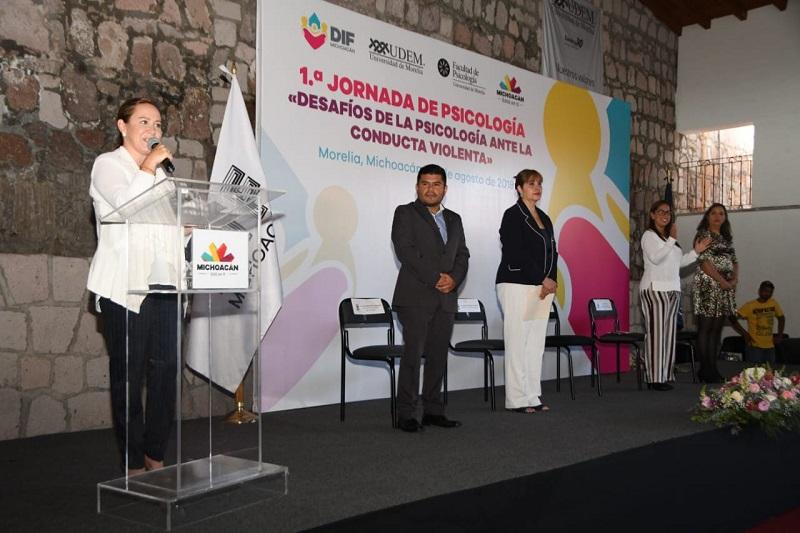 Beamonte Romero reconoció el trabajo de los psicólogos que atienden casos específicos en atención a la violencia infantil, por el amor que dan a su trabajo, para los niños y familias completas y por lo tanto a la sociedad