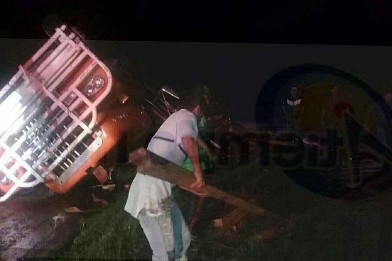 Paramédicos les brindaron las primeras atenciones a tres personas que venían a bordo, los cuales afortunadamente no presentaban lesiones de gravedad