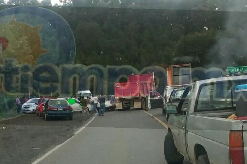 Mientras eso ocurría, elementos de la Policía Michoacán desviaron la circulación y monitorearon el bloqueo