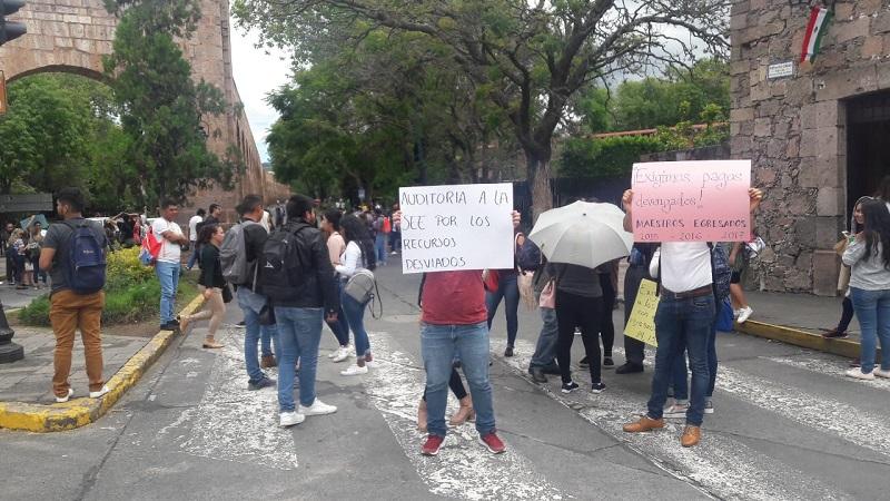 Esta manifestación se realizó casi de manera simultánea con la que unos 200 agremiados a la Sección XVIII de la CNTE llevó a cabo en la Avenida Madero, frente a la sede del Congreso del Estado