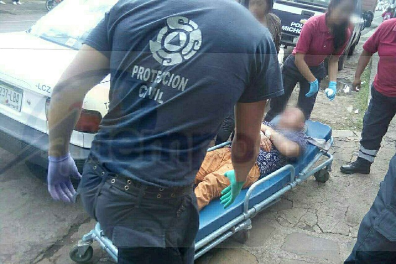 Paramédicos le brindaron las primeras atenciones a Ramiro B., de 55 años de edad, el cual presentaba lesiones en ambos brazos por impactos de arma de fuego, siendo trasladado al Hospital Civil de Pátzcuaro para recibir atención médica
