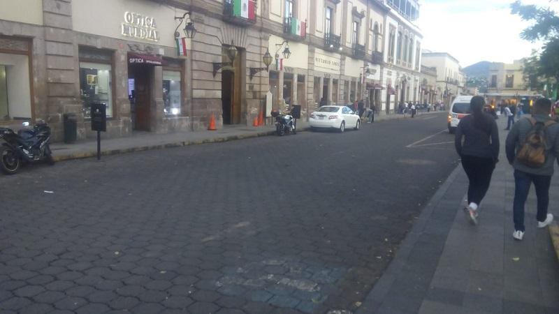 """""""Le entra"""" Tránsito Estatal a liberar Morelos Sur de autos mal estacionados ante indiferencia de Policía de Morelia"""