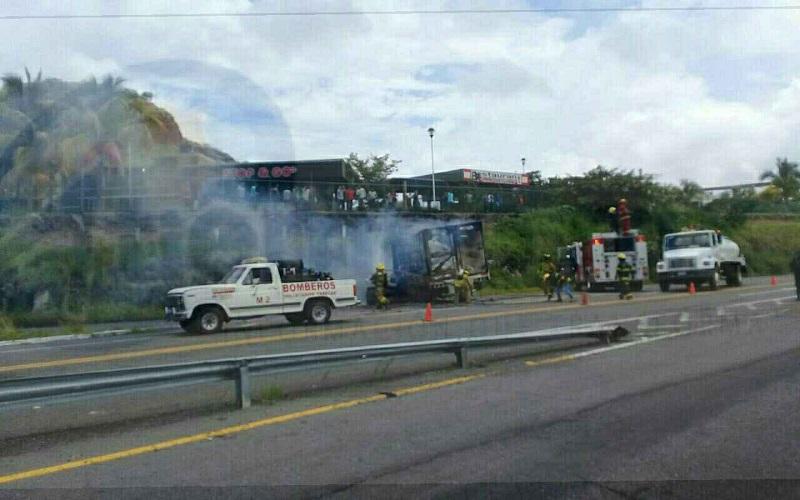 Al lugar acudieron unidades de Bomberos Taretan, así como unidad médica de la autopista, los primeros controlaron el incendio de ambas unidades, las cuales quedaron prácticamente consumidas por el fuego