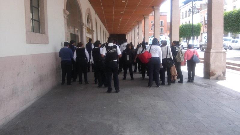 De acuerdo con fuentes de la misma Policía de Morelia, sólo quedarán laborando una patrulla por sector, mientras que el resto de los elementos permanecerán concentrados para exigir sus pagos