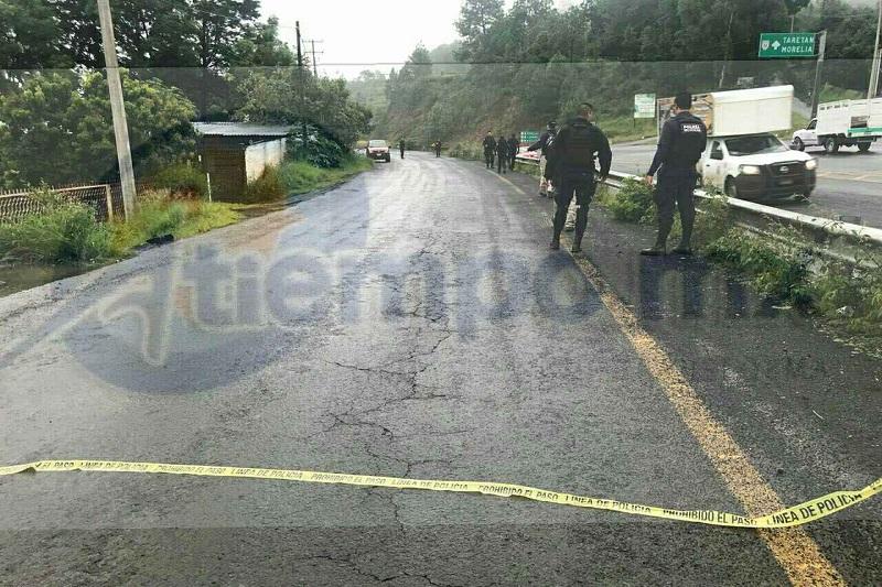 Elementos de la Policía Michoacán acordonaron el área en espera de la llegada de paramédicos de Protección Civil, quienes verificaron que se encontraba aún con vida para posteriormente trasladarlo a un hospital para recibir atención médica