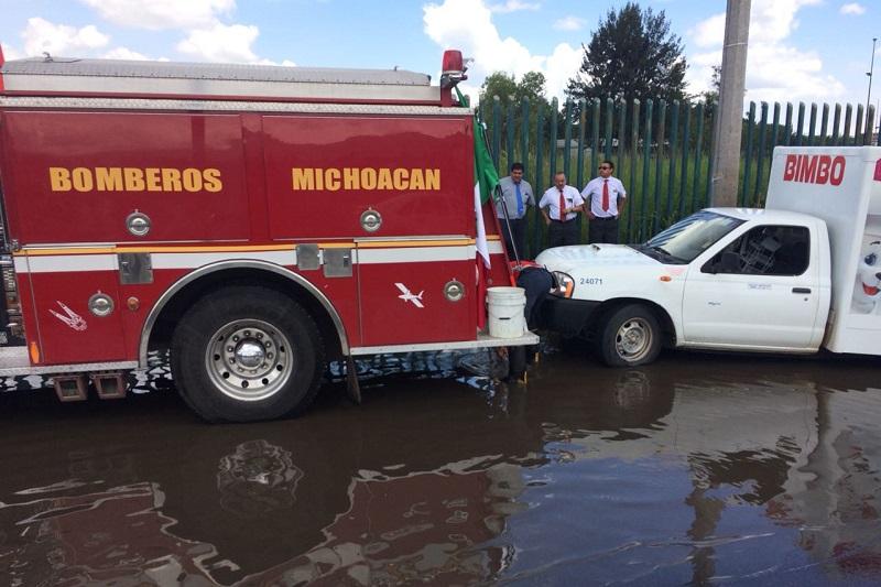 Al lugar acudieron elementos de Bomberos Voluntarios, quienes ayudaron a rescatar la camioneta