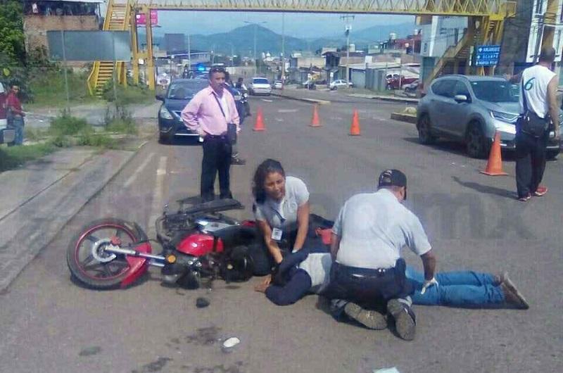 El motociclista quedó tirado en la cinta asfáltica boca abajo y en cuestión de minutos arribaron  paramédicos de la ABEM, quienes lo atendieron y posteriormente lo trasladaron al hospital  del IMSS para recibir atención médica