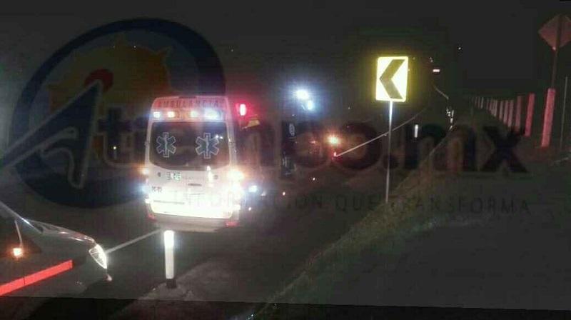 Los paramédicos y bomberos rescataron a la persona del interior de la Unidad para brindarle los primeros auxilios y trasladarlo al Hospital General para recibir atención médica
