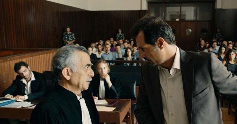 La película maneja con habilidad los elementos del drama judicial, pero en vez de centrarse al interior de los personajes el relato se extrapola hacia la compleja realidad del entorno. Políticos radicales y matones de barrio atizan el fuego del conflicto.
