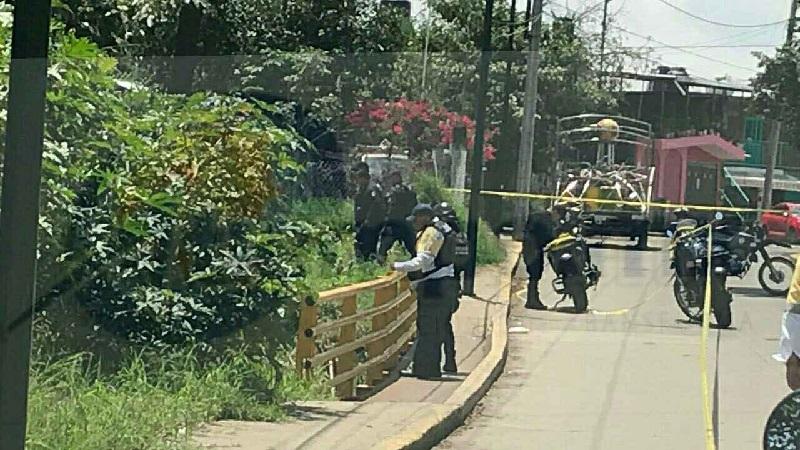 Como se informó oportunamente minutos antes de las 13:30 horas, vecinos de la zona que caminaban por el área de la banqueta de la calle principal de la colonia Valle de las Delicias, localizaron abajo del puente el cuerpo de una persona que estaba atorado entre unas ramas